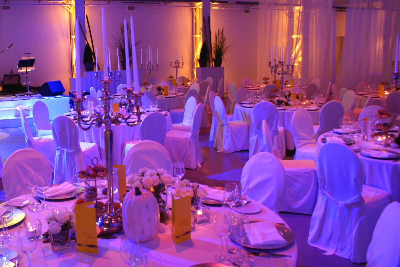 Runde Tische Hochzeit weiß