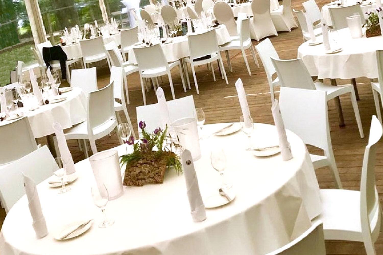 Runde weiße Tische mieten