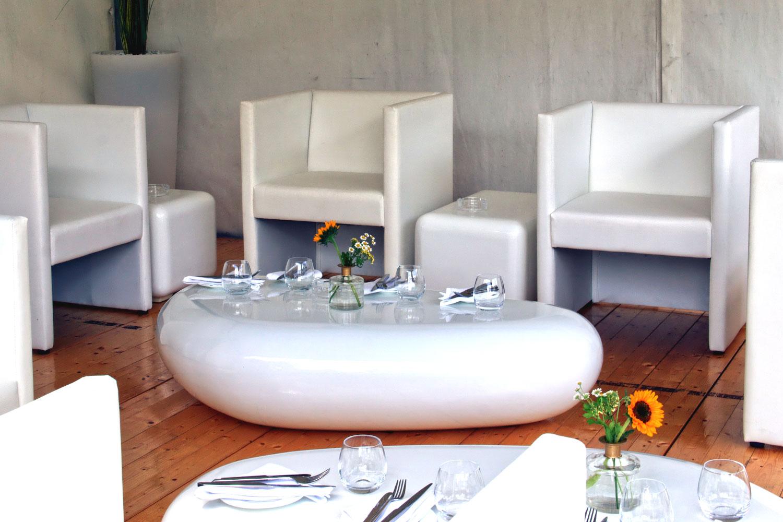 Weiße Sessel Hochzeit
