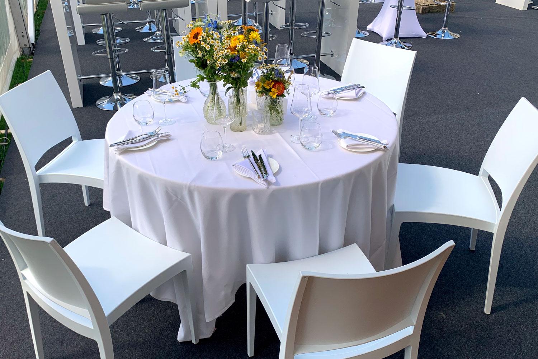Weiße Stühle mieten Hochzeit